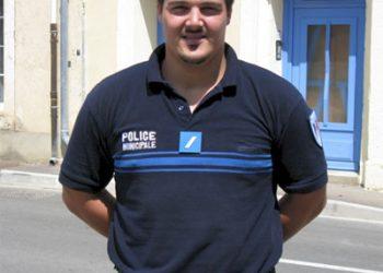 Depuis quelques mois maintenant, notre policier municipal, Jérôme Delorme a quitté cette fonction à Névian pour rejoindre la sécurité à Narbonne. Il a été remplacé à ce poste par Arnaud Dumas, famille bien connue sur le village en particulier par les amateurs de rugby. Après une première scolarité à Névian, ses études se poursuivent au collège Georges Brassens et le lycée Diderot.